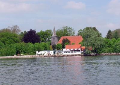 Arnis Strandcaffe mit Schifferkirche im Hintergrund